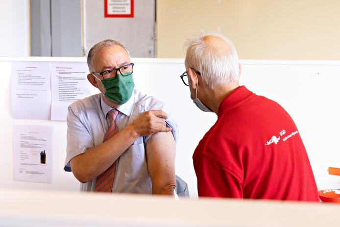 Burgemeester Ahmed Aboutaleb laat zich vaccineren.