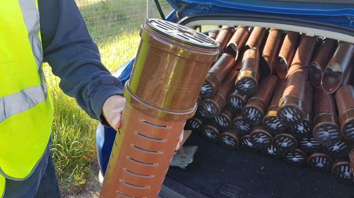 Om de vier maanden worden de geurzuilen van ProRail gevuld met milieuvriendelijk Tupoleum dat de stank van natte asbak verspreidt.
