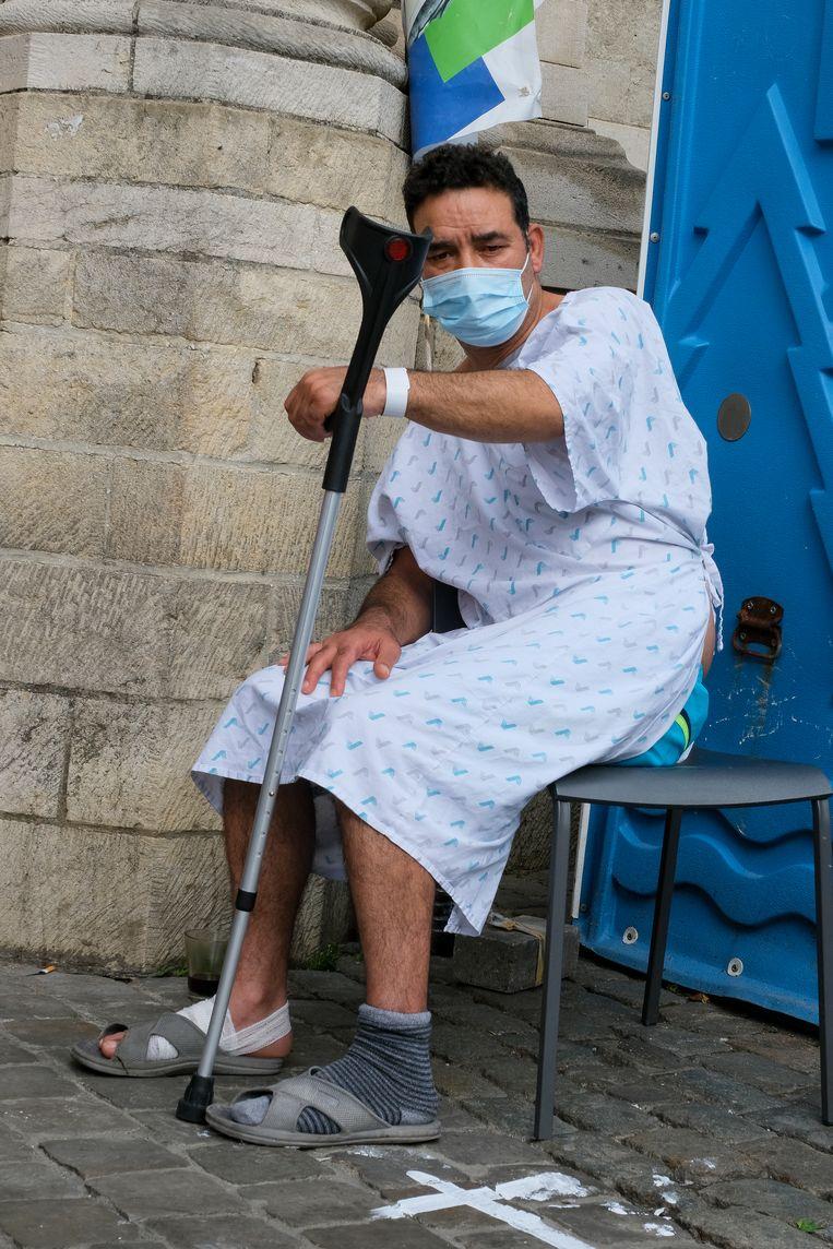 Een hongerstaker aan de Begijnhofkerk in Brussel. Beeld Marc Baert
