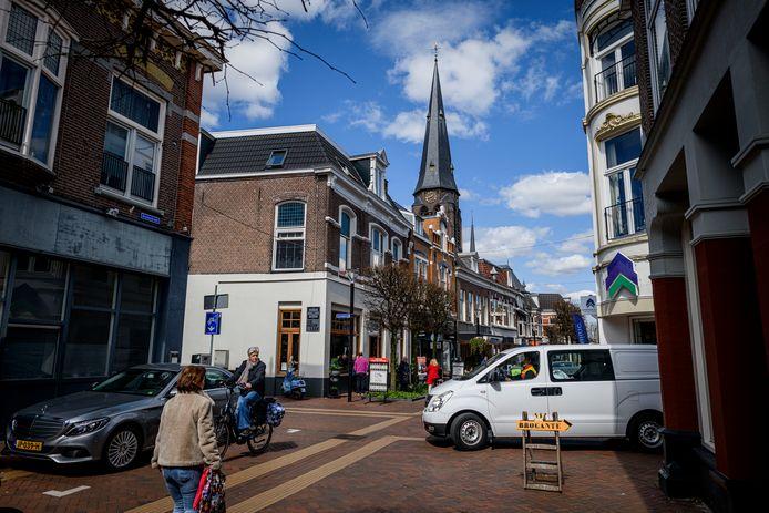 Vooral omwonenden en ondernemers vinden het niet prettig dat er auto's op het smalle stuk straat rijden.