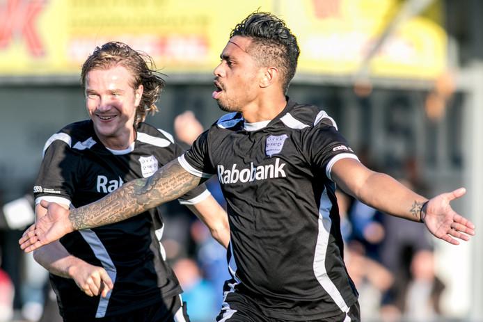 GVVV speler Caifano Latupeirissa (r) viert zijn goal met GVVV speler Martin Van Eck (l).