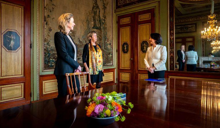 Kajsa Ollongren (links, D66) en Annemarie Jorritsma (midden, VDD), hier nog verkenners, met Kamervoorzitter Khadija Arib in de Stadhouderkamer, waar de formatie plaatsvindt. Beeld Freek van den Bergh / de Volkskrant