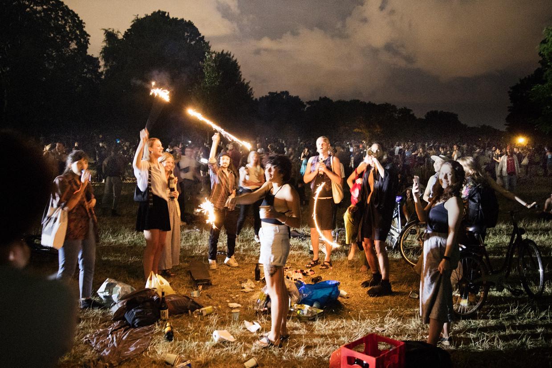 Feest in het Hasenheide-park in Berlin-Neukölln. Beeld