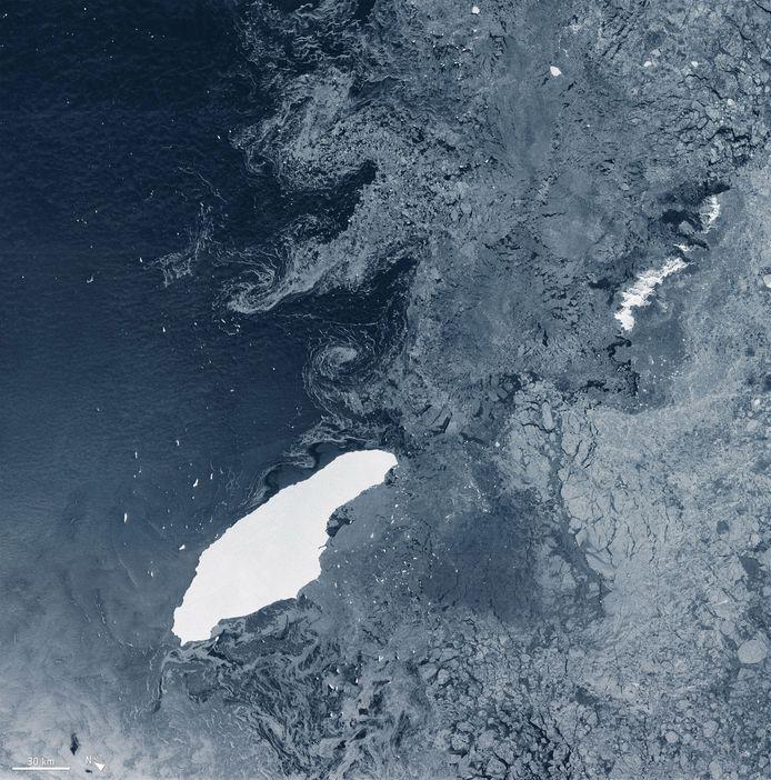 IJsberg A-68A een tijd geleden in open water. Beeld van juli.