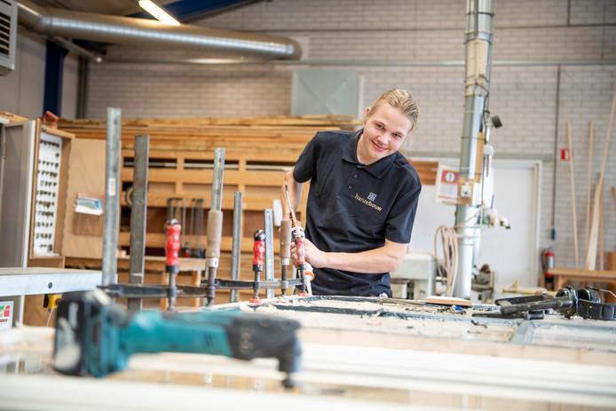 Tijmen Braakman bij Hanzebouw in Zwolle. Hij restaureert meubels, zoals oude kerkbanken.