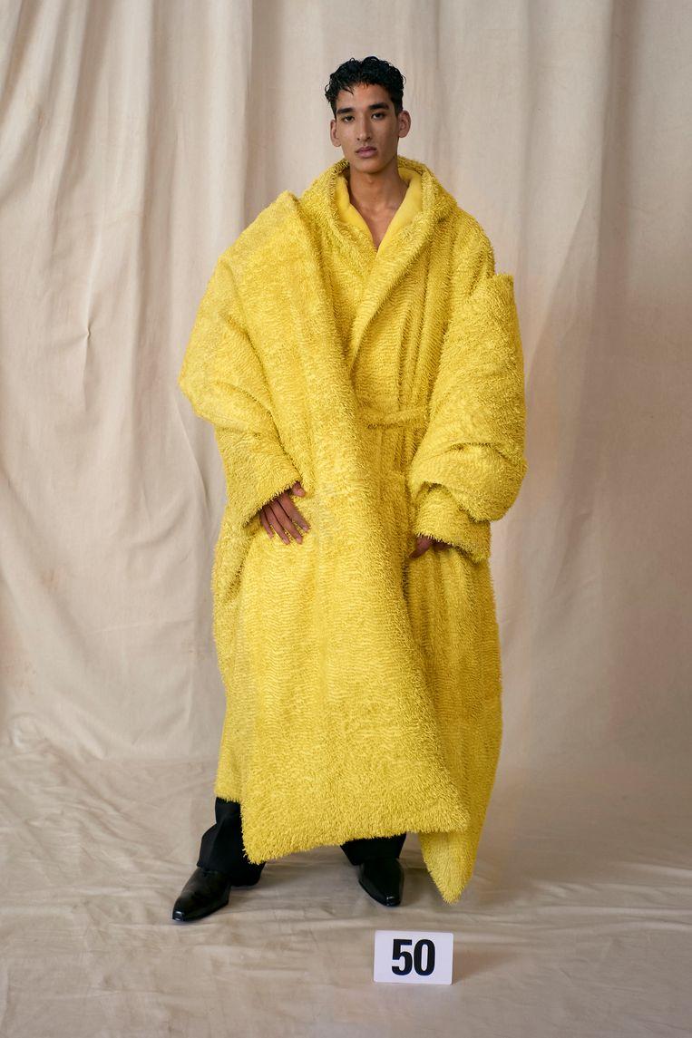 Gele jas en stola van gesneden leer, gevoerd met kasjmierfleece van Balenciaga Couture. Beeld