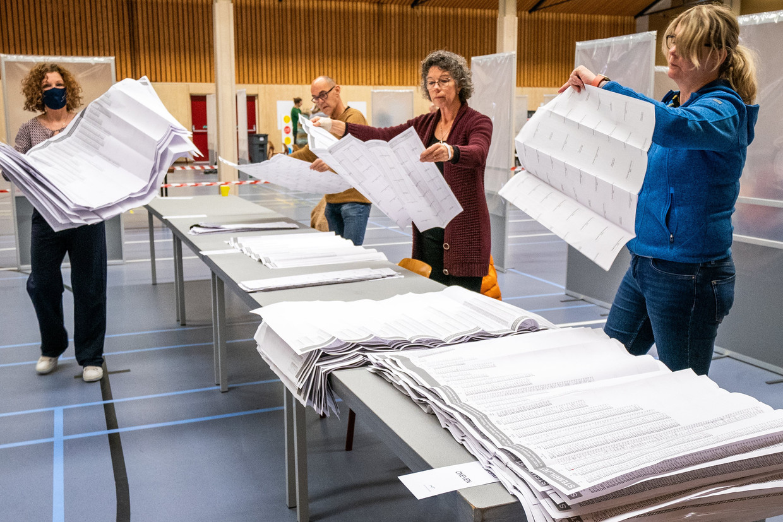 In het centraal telbureau in de Friese gemeente Joure worden de briefstemmen geteld. Zo'n 82 procent van de kiesgerechtigden bracht zijn stem uit. Beeld Photo News