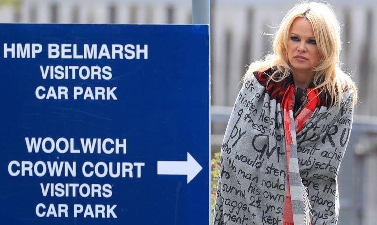Pamela Anderson na een gevangenisbezoek aan Assange. Moris: 'Dat vond ik niet erg. Ik had liever dat hij zo in de aandacht kwam dan dat de pers zou ontdekken dat ik zwanger was.' Beeld