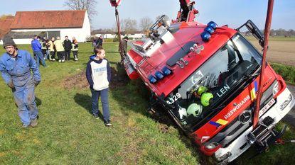 Bluswagen in de gracht: drie brandweerlui lichtgewond