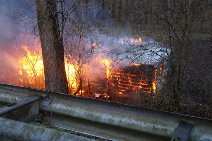 De brand was te zien vanaf de N267.