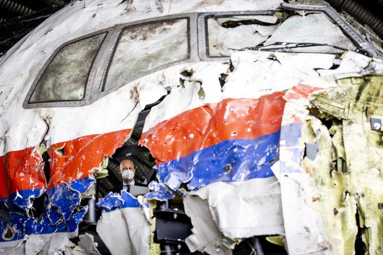 De voorzitter van de Haagse rechtbank bekijkt op vliegbasis Gilze-Rijen de reconstructie van het in 2014 neergeschoten MH17-toestel. De schouw is onderdeel van het strafproces MH17. Beeld ANP