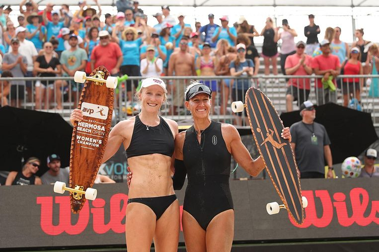 HERMOSA BEACH, CA - JULY 23: Emily Day and Brittany Hochevar pose with the championship trophy after beating Geena Urango and Angela Bensend in the women's final at AVP Hermosa Beach Open on July 23, 2017 in Hermosa Beach, California. (Photo by Joe Scarnici/Getty Images) Beeld Getty Images