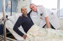 Mohamed Boudouaou en cardioloog John Blok in het Albert Schweitzer ziekenhuis.