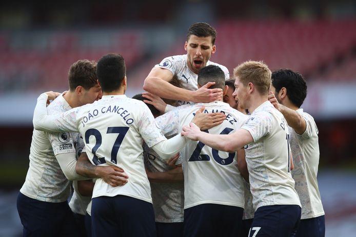 City-spelers vieren het openingsdoelpunt.