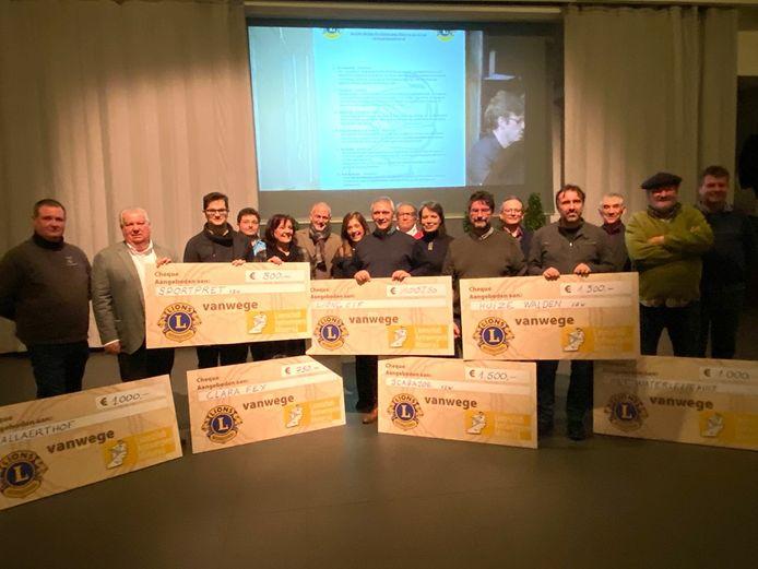In bijzijn van burgemeester Liesbeth Verstreken reikte Lionsclub Minerva Zoersel cheques uit aan sociale doelen.