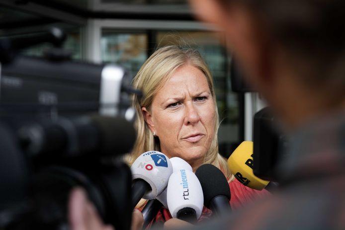 Hennie de Haan, voorzitter van de Nederlandse Vakbond Pluimveehouders staat de pers te woord.
