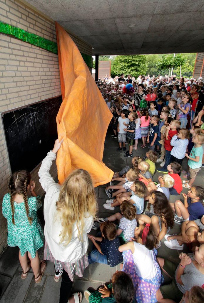 Roosendaal : Onthulling kunstwerk openbare basisschool De Wending . foto: Pix4Profs/Gerard van Offeren