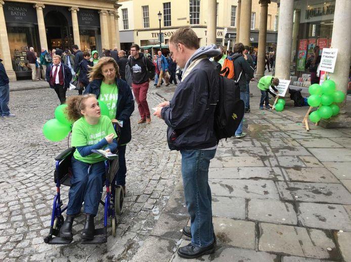 Ellie tijdens een van de voorlichtingscampagnes over de ziekte van Lyme waar ze nu aan deelneemt.