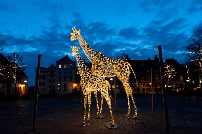 Op het Grote Kerkhof staan deze twee mega-giraffes.