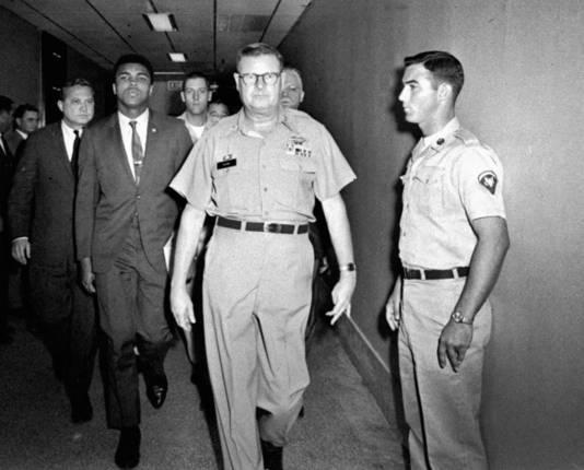 April 1967: de bokskampioen wordt door rekruteringsofficieren in Houston weggeleid nadat hij dienst had geweigerd. Ali verklaarde dat hij niet wilde vechten in het leger van een land dat leden van zijn ras als tweederangsburgers beschouwt.