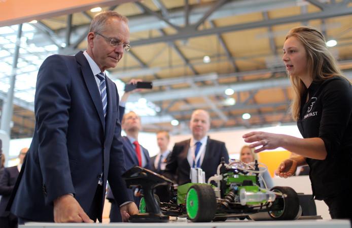 Henk Kamp in het Holland Tech House op de Hannover Messe.