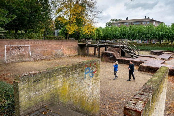 De opgemetselde contouren van kasteel Hedel op de plek van de ruïne beginnen na 40 jaar zelf steeds meer op een ruïne te lijken.