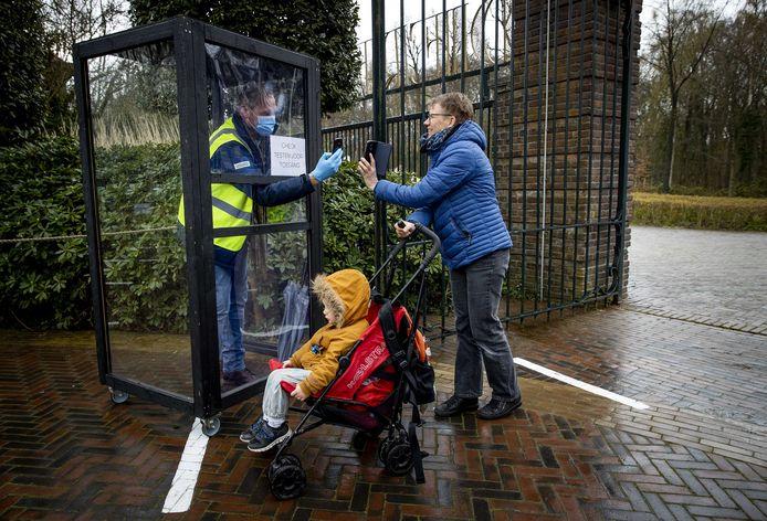 Bezoekers moesten begin april wel een negatief coronatestbewijs laten zien bij de ingang van Ouwehands Dierenpark in Rhenen.