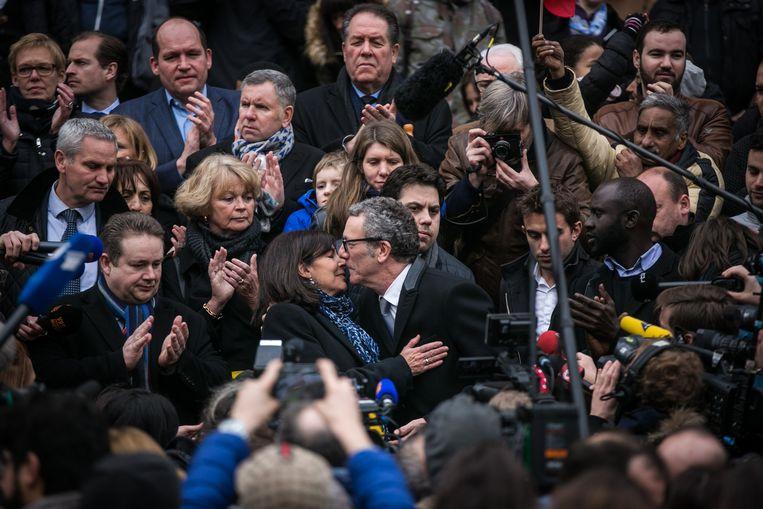 Anne Hidalgo, de burgemeester van Parijs, en Brussels burgemeester Yvan Mayeur leggen een bloem neer aan de Brusselse Beurs. Beeld Bas Bogaerts