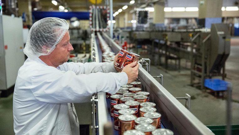 De productie van knakworsten bij Unilever. Beeld Arie Kievit