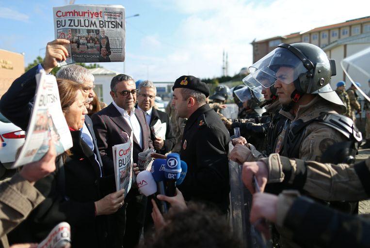 Turkse militaire politie beveiligt de ingang van de Silivrigevangenis tijdens het proces tegen journalisten van de krant 'Cumhuriyet'. Beeld EPA