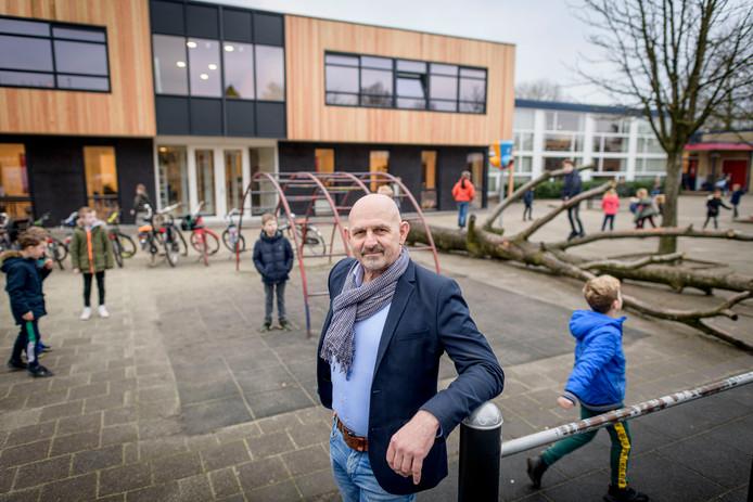 De Erve Hooyerinck in Delden heeft de nieuwbouw in gebruik genomen. Directeur Erik Nijhuis en spelende kinderen voor de nieuwe entree met hout.