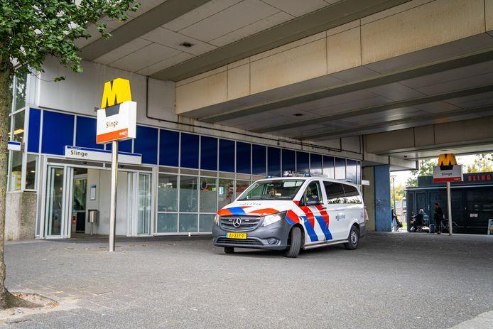 De politie ontruimde station Slinge direct na de bommelding.