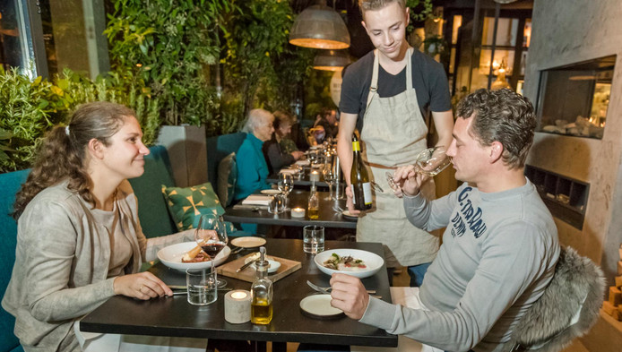 Tweede Kamerlid Loey Ypma en haar tafelgenoot genieten in Bistronoom in Woerden.