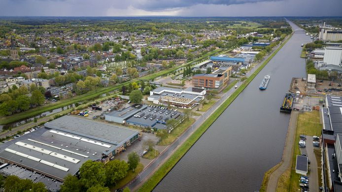 De oude industrie tussen de Berkel (links) en het Twentekanaal (rechts) tot aan het gemeentehuis van Lochem (hoogste gebouw in het midden) moet wijken voor het nieuwbouwplan Kop van Oost.