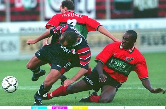 Ulrich Cruden (rechts) in het shirt van NEC tijdens de competitiewedstrijd tegen FC Twente in 1997. Archiefbeeld.