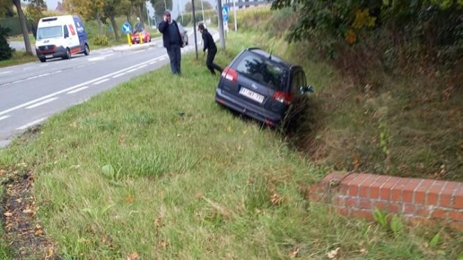 Automobilist belandt met wagen in gracht naast N42