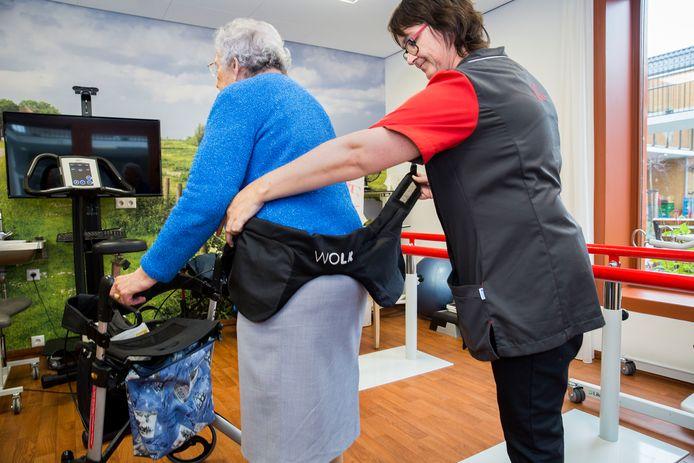 Demonstratie van een 'heup-airbag' voor ouderen in een verzorgingstehuis van de West-Brabantse zorgorganisatie TanteLouise.