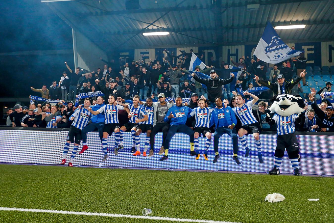 FC Eindhoven-spelers poseren met de supporters.