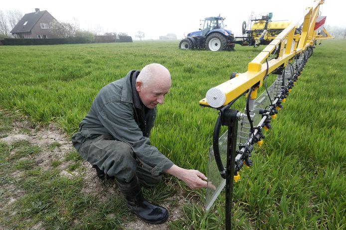 Akkerbouwer Gerard Breunissen uit Herveld bekijkt de nieuwe machine.