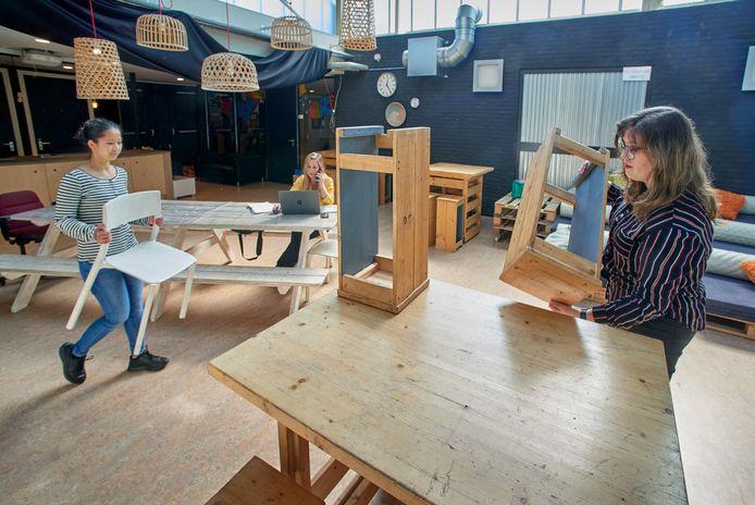 Bso Atalanta in Oss treft voorbereidingen voor maandag als alle kinderen weer welkom zijn. Vlnr: Greena Dah, Malou Strik en Emmy van Schaik.