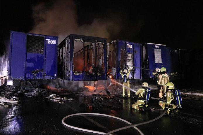 De brandweer kon niet verhinderen dat vier opleggers volledig in vlammen opgingen.
