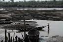 Een visser in de Nigerdelta, waar oliewinning door Shell in het verleden veel schade aanrichtte.