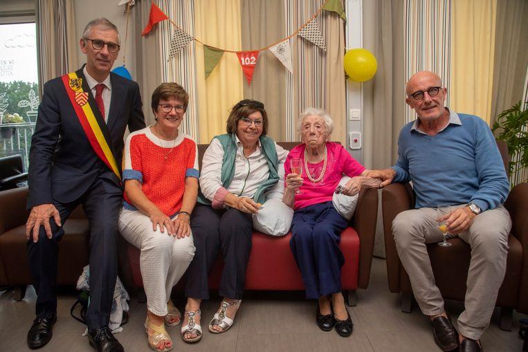 Maria De Coster wordt 102 jaar en viert dit met burgemeester Dirk De Maeseneer, twee nichten en schepen Frank De Vis in het WZC Kanunnik Triest in Melle.