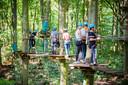 Fun Forest in het Kralingse Bos in pre-corona tijden. Eén persoon per  platform is nu al anderhalf jaar het devies.