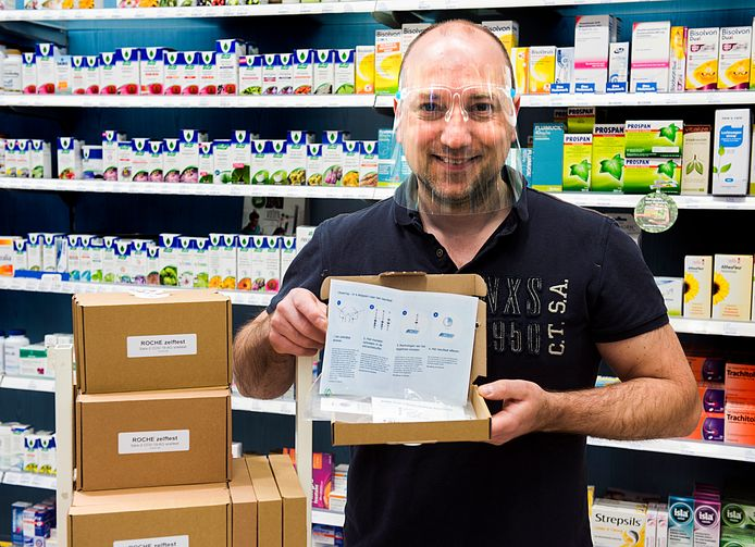 Drogist Walter van den Broek, met hoofdscherm, in winkelcentrum Molenvliet verkoopt veel Covid-zelftests.