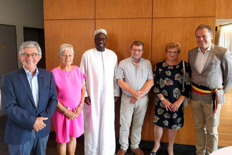 De ambassadeur gaat op de foto met de burgemeester en de twee koppels die zich inzetten voor de schooltjes in Senegal.