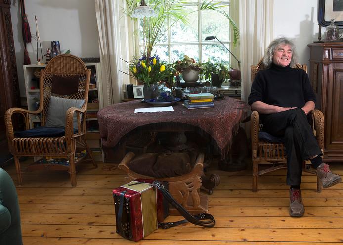 Hans Keuper in zijn woonkamer.