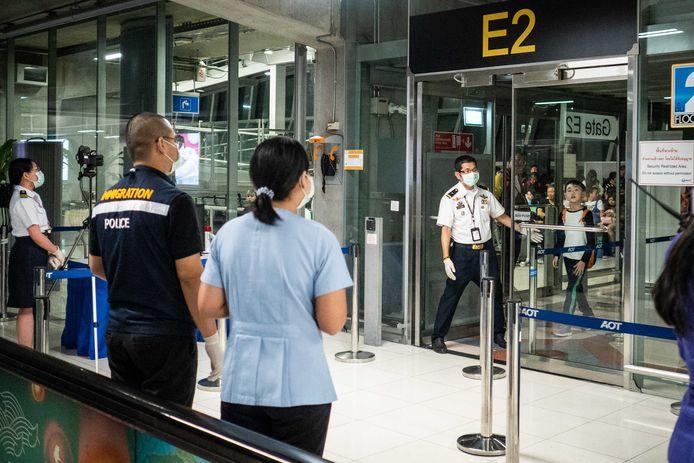 Op het vliegveld van Bangkok (Thailand) worden reizigers uit Wuhan streng gecontroleerd.