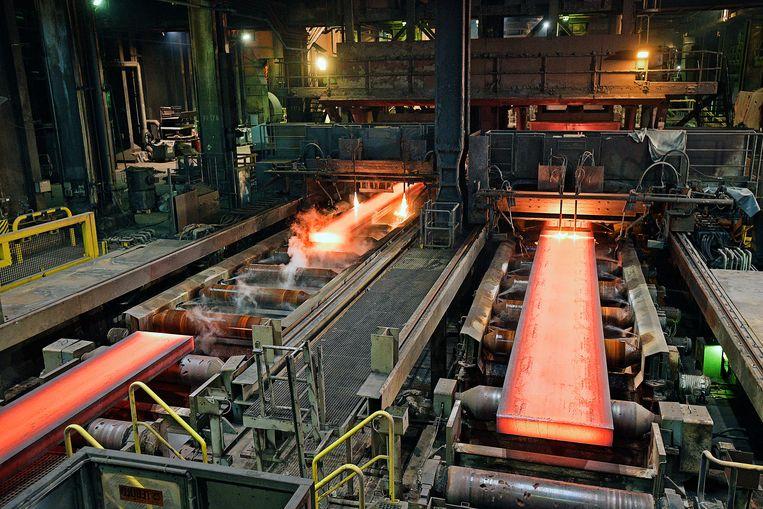 De gloeiende plakken staal van ongeveer 900 graden. Beeld Foto Guus Dubbelman / de Volkskrant