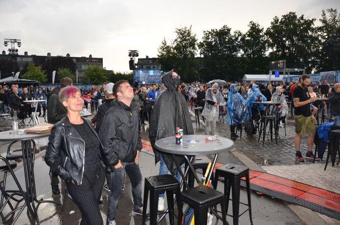 Regen of geen regen: de metalfans gaan op in de muziek.